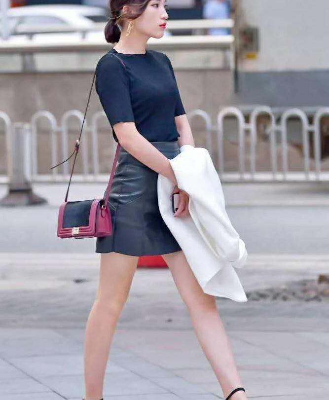 恬静的美女,高腰皮裙,穿出了淑女的美