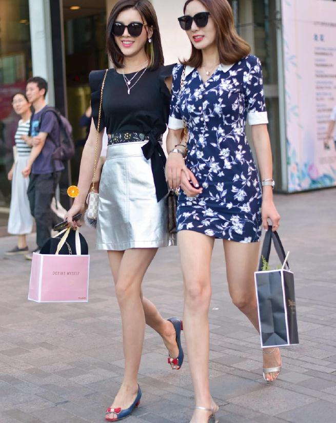 时尚街拍:碎花裙子的无限魅力