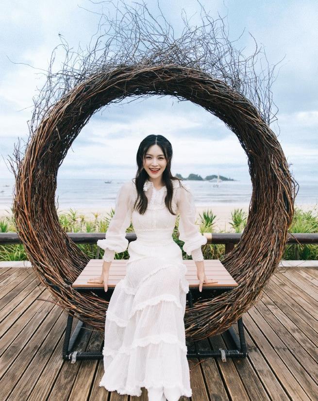 低调女神文咏珊,一袭白色连衣裙美如仙女,画面超美好吸睛