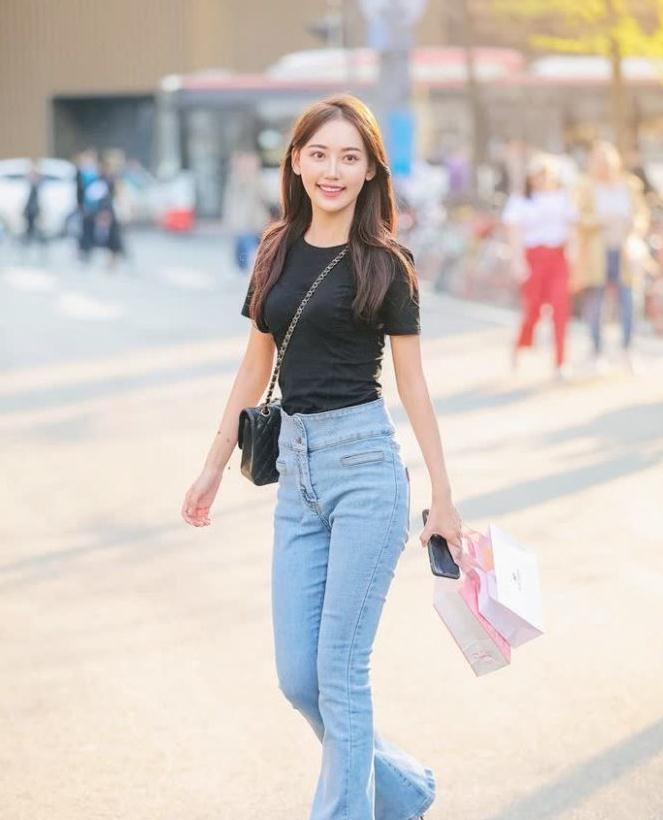街拍:90后妹子出街,简单小黑衫搭配喇叭裤,腿长1米8系列