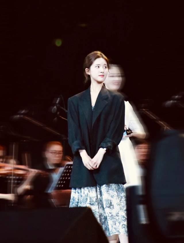 赵露思杨超越百变裙装搭配,引领时尚潮流,还不赶紧学起来
