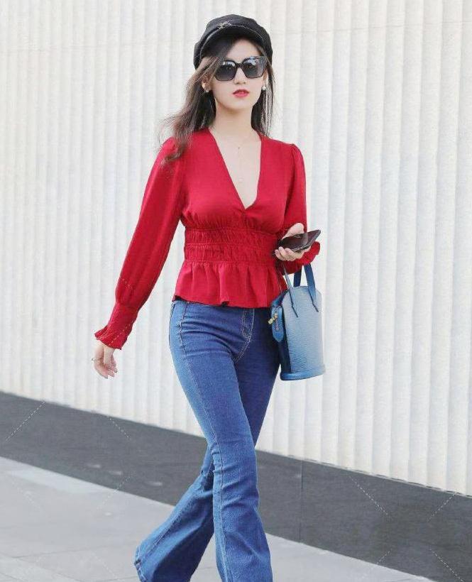 街拍,红装深V领搭配喇叭口的牛仔裤,美的从容,美的张扬