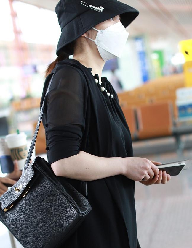 蒋勤勤街拍:雪纺西装黑色珍珠长裙Hermes Kelly双肩包优雅女人