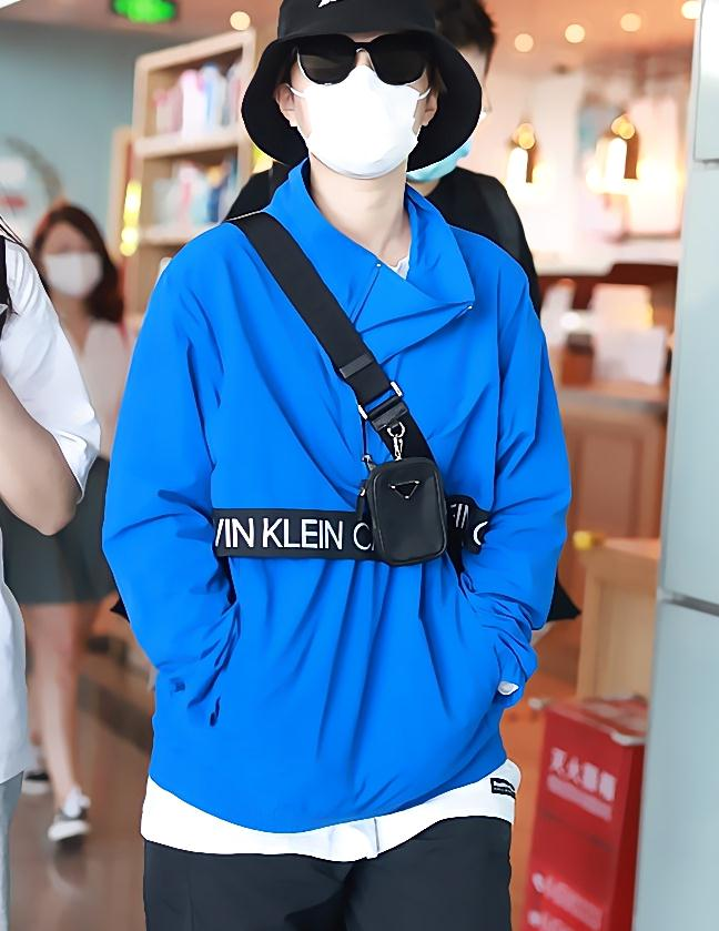 杨芸晴街拍:CK宝蓝色冲锋衣Prada三合一手袋