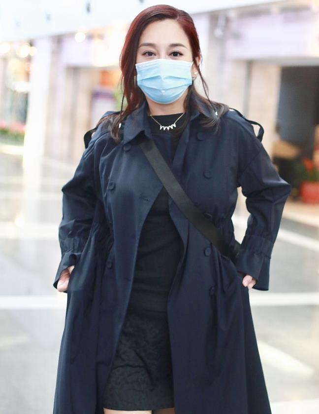 陈松伶街拍:藏蓝色风衣黑短裙白色马丁靴 休闲潇洒