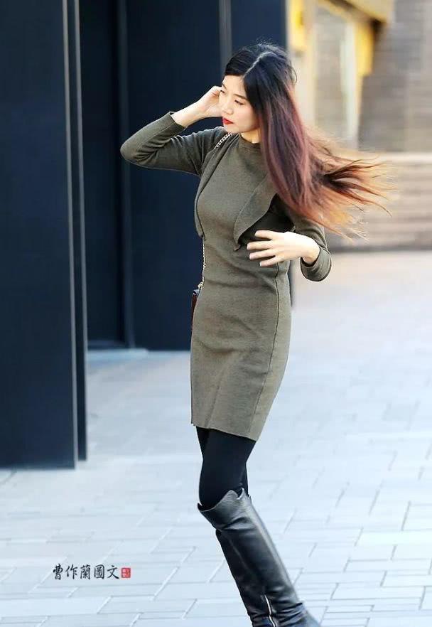 街拍:穿高筒靴搭配裤装的美女
