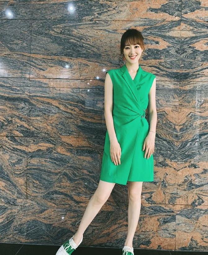王冠的衣品也太好了,身穿绿色西装裙搭配平底鞋,清新又时髦