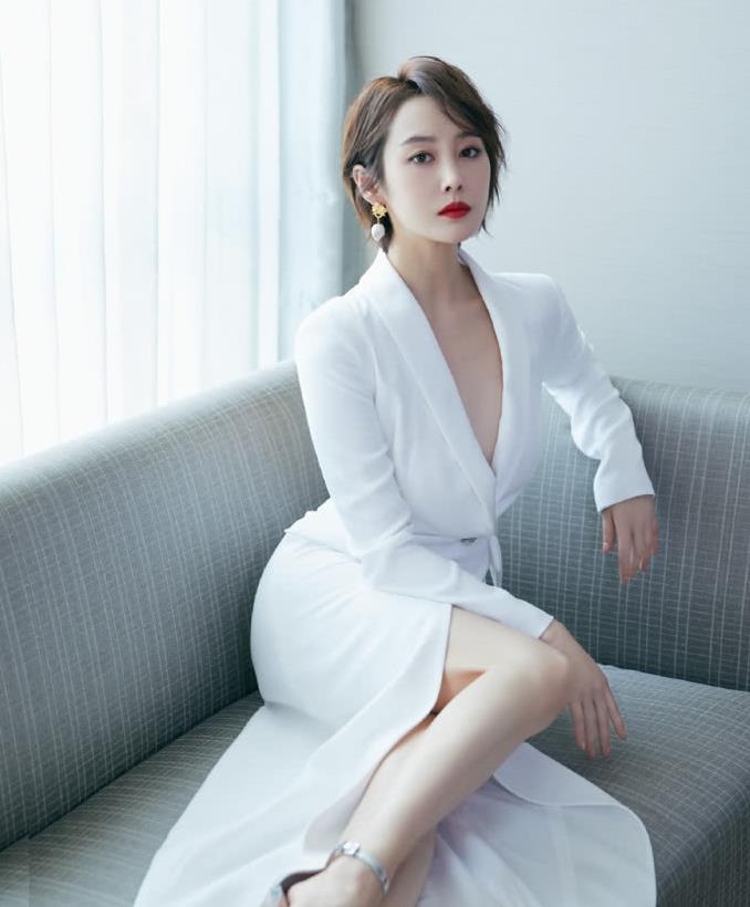 李纯比闺蜜佟丽娅敢穿,西装裙高开叉长腿惹眼,性感露背更是惊艳