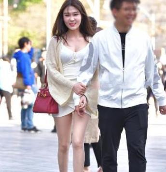 白色修身裙搭米黄色针织衫,让微胖女孩穿出优雅高贵,端庄又大气