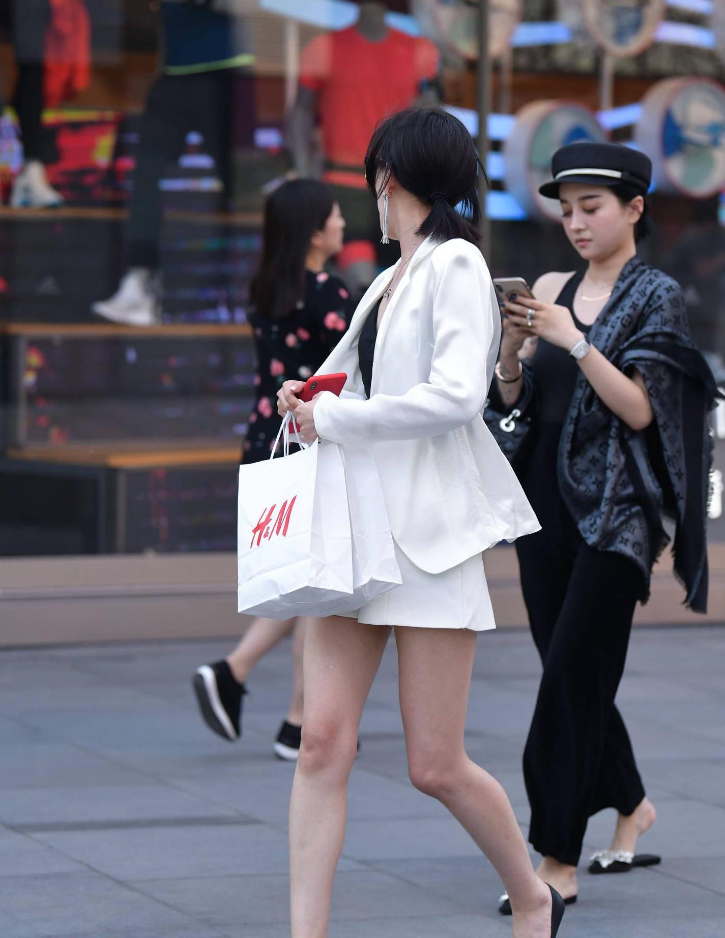 白色西服搭配高腰短裤,选择一双尖头鞋,初秋的搭配很有层次感