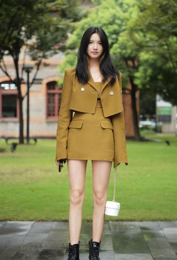 秋天的鞋子怎么选?美女用短靴搭配秋装,时髦又帅气