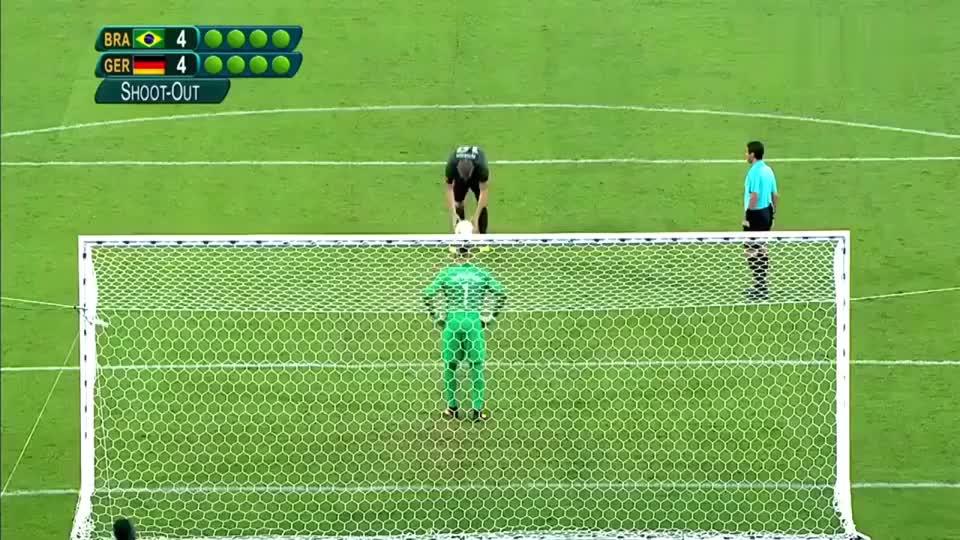 太激动了,当内马尔踢完最后一击后竟然跪地痛哭