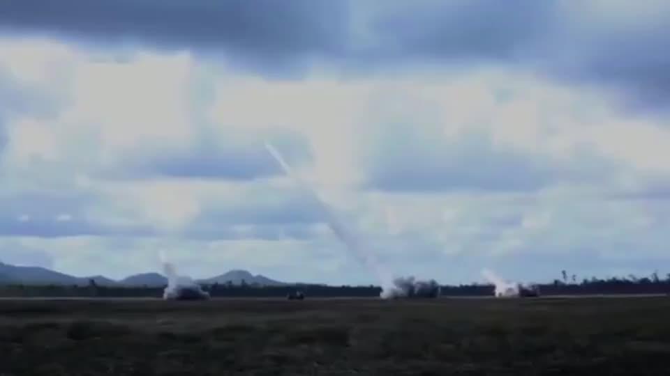 """实拍美军远程多管火箭炮发射画面,跟毛熊的""""龙卷风""""比如何?"""