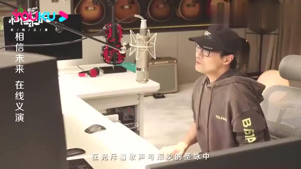 汪峰在家献唱《往昔的野草》,身后吉他、游戏机抢镜!