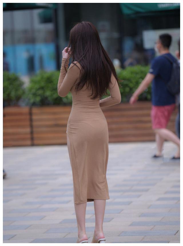 不开叉的长裙,不是好裙子;开叉高的裙子,怎么看都太美