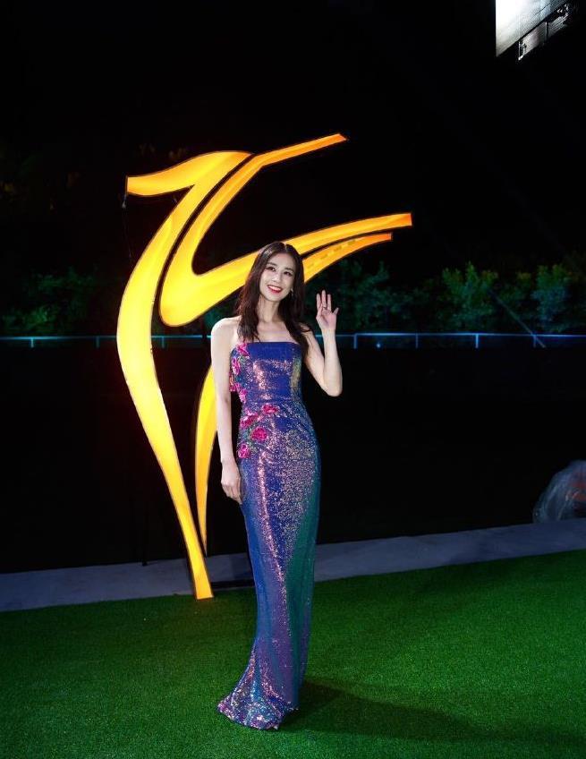 黄圣依出席长春电影节,穿人鱼裙solo更抢眼,好身段不像生过俩