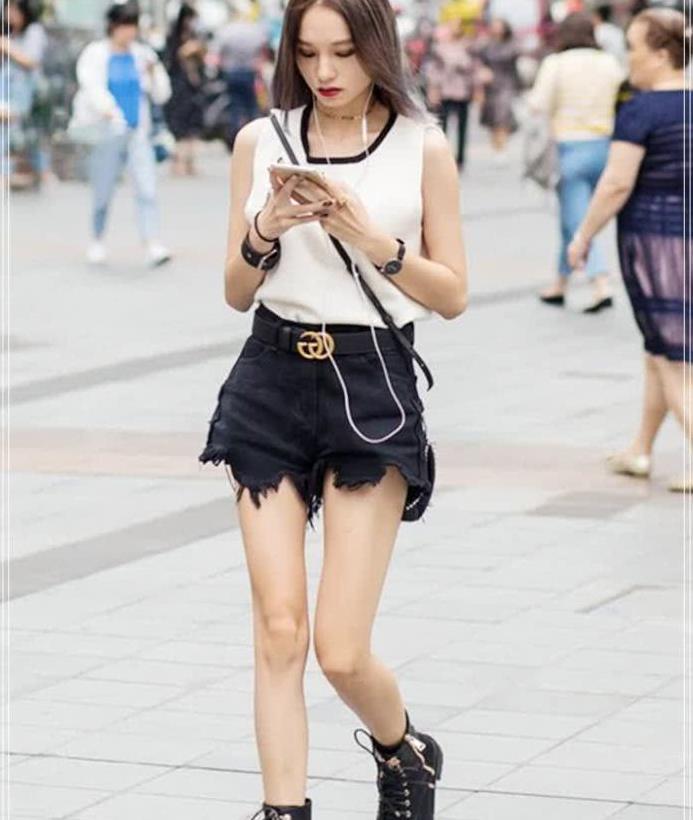 路人街拍:高腰短裤搭配裸靴,彰显小姐姐腿细直的优点