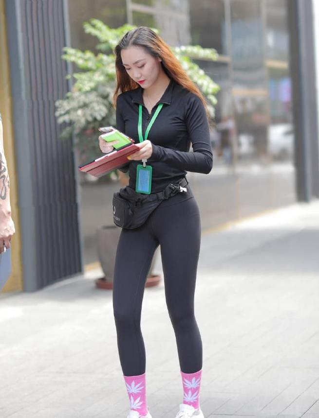 追求青春靓丽的美,一套修身运动装就够了,减龄塑形又耐看