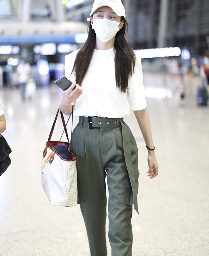 沈梦辰街拍:白色T恤工装纸袋裤 Chanel小白鞋清新休闲