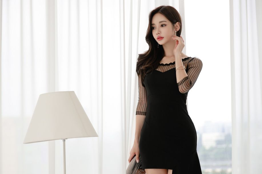 孙允珠黑色裙装穿搭:黑天鹅竖琴络纹不对称连衣裙