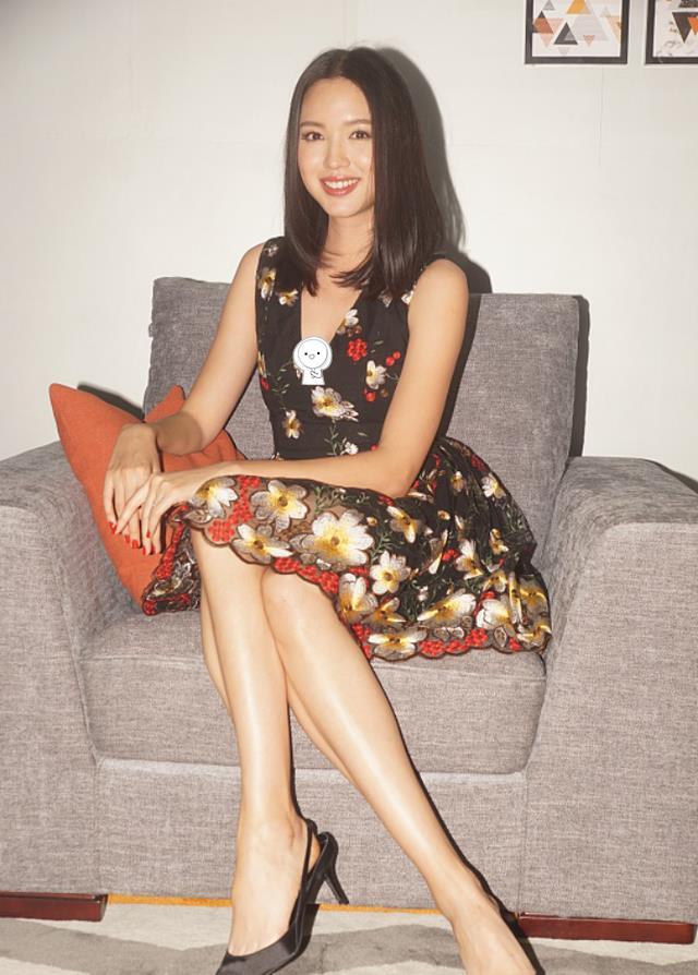 被张梓琳的身材美到了,超模曲线穿V领印花裙,随便拍都有大片感