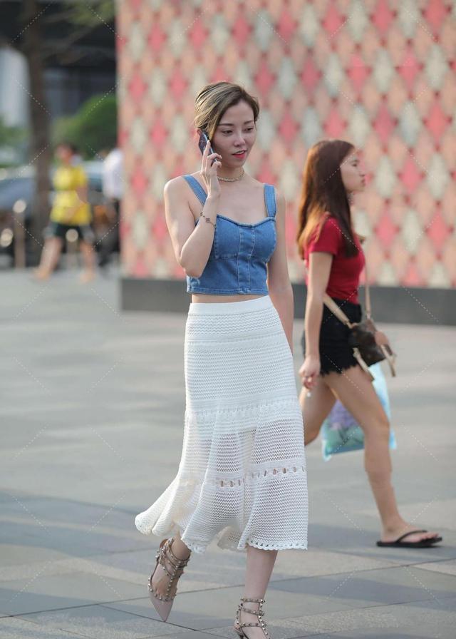 蓝色牛仔背心,搭配白色网纱裙,变身时髦达人