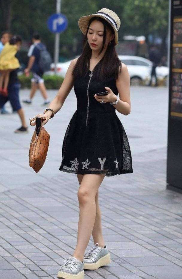 连衣裙干净利落效果十分到位,优雅的版型穿着更加舒适自在