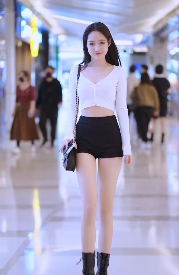 街拍:小姐姐白T恤配热裤简单又百搭,却穿出了时尚感满满!