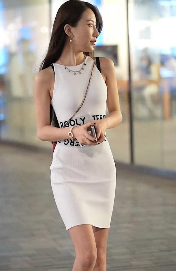 小姐姐身材绝好,白色挂脖连衣裙藏不住凹凸感,S身段美艳动人