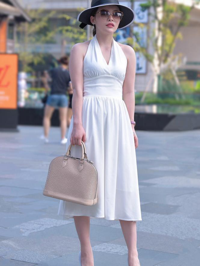 白色挂脖裙,搭配礼帽,时尚靓丽