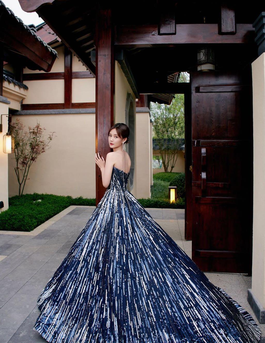礼服更喜欢李一桐的穿搭风格,蓝色调自带高贵感,低调奢华有内涵
