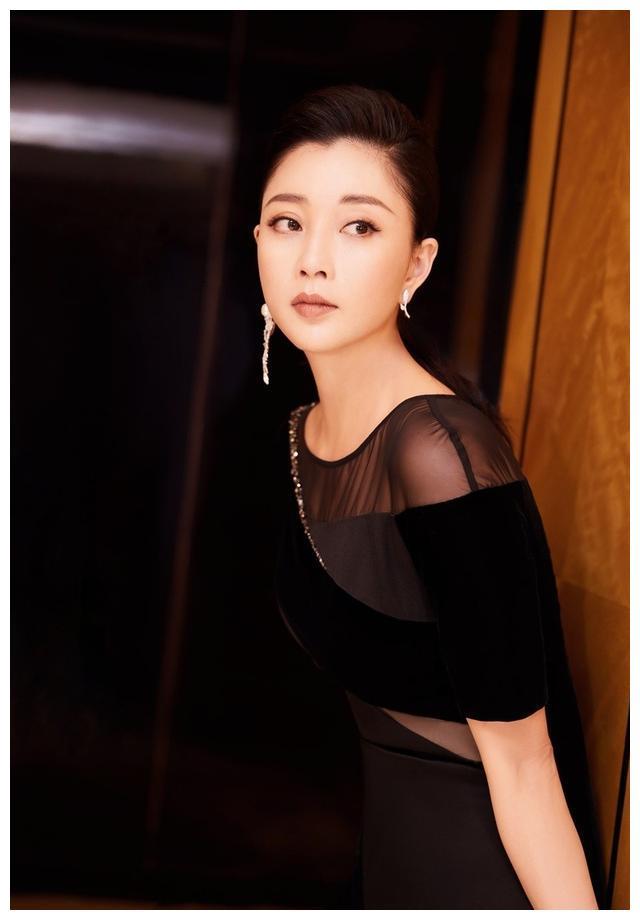 殷桃黑色丝绒裙拍大片,曲线优美宛如黑天鹅。