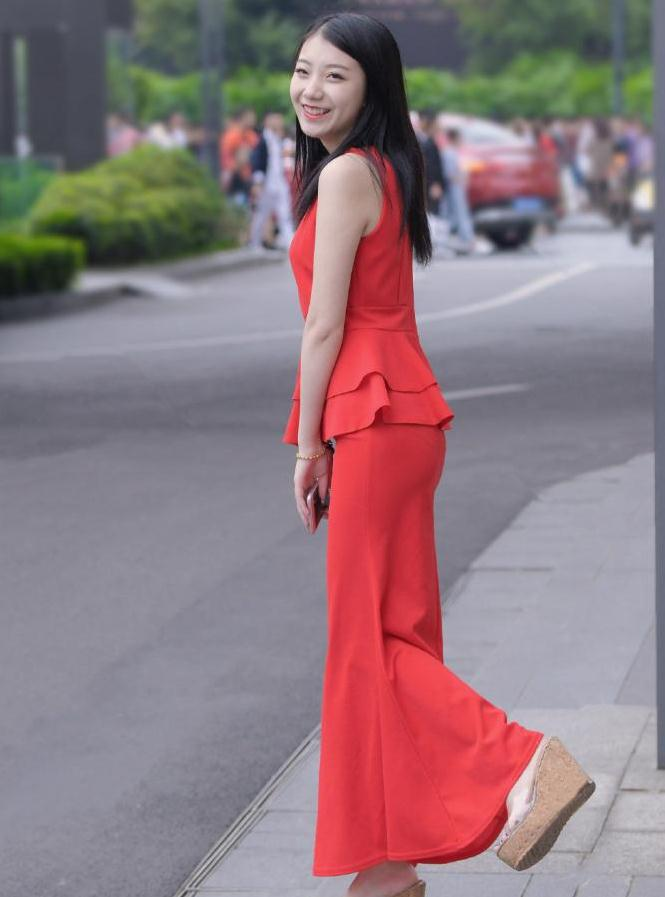 追求优雅有型的美,选择款式修身洋气的长裙,你也能轻松拥有