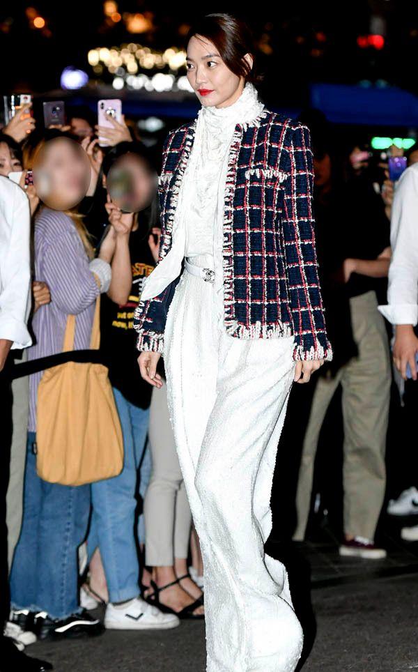 拒绝老气,申敏儿穿格纹花呢外套搭配超火的拖地裤时髦翻了