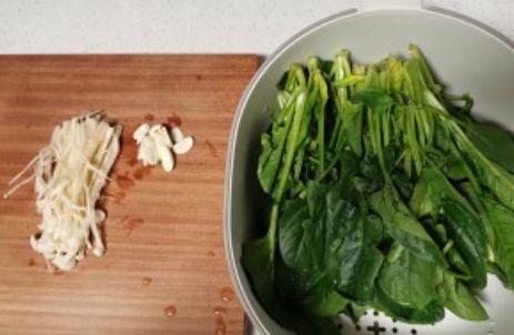 健康素食-金针菇炒菠菜的做法