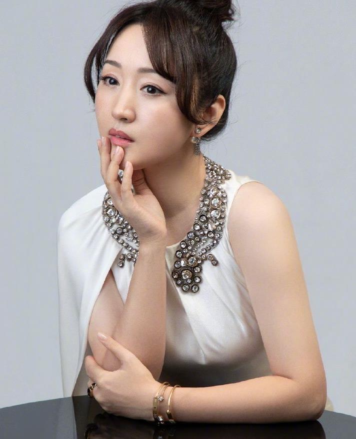 杨钰莹也49岁了,穿白色连衣裙扎丸子头,一点都看不出岁月痕迹