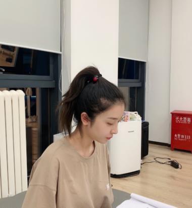 赵小棠扎虞书欣同款发型,原以为不合适,谁知却撞脸成姐妹花