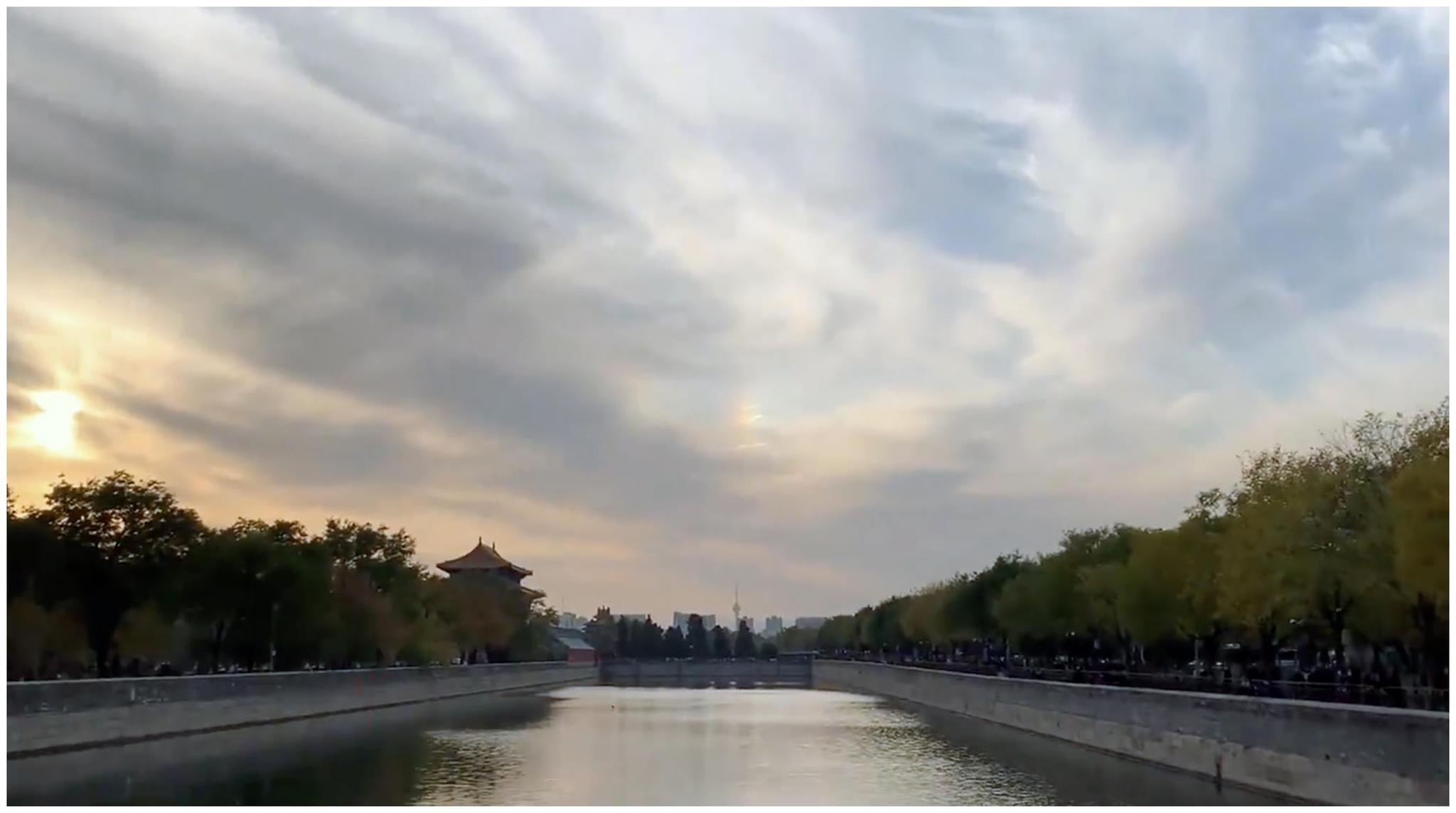 北京故宫角楼天空现七彩祥云