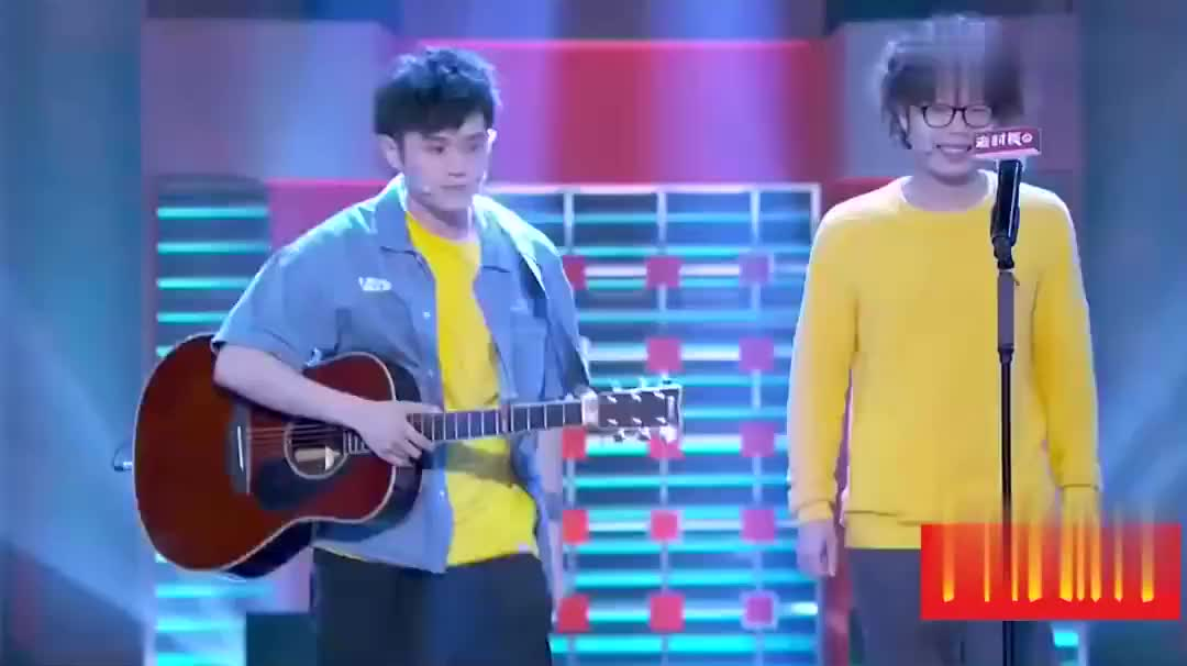 精彩!两位小哥哥的弹唱超带感,想起来自己的学生时光!