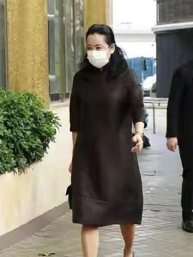 郭晶晶带仨娃参加葬礼,婆婆贵妇包穿旗袍高跟鞋真隆重,郭妈低调