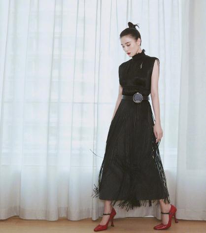 宋佳街拍:Prada流苏花边领黑裙 玛丽珍鞋复古冷艳