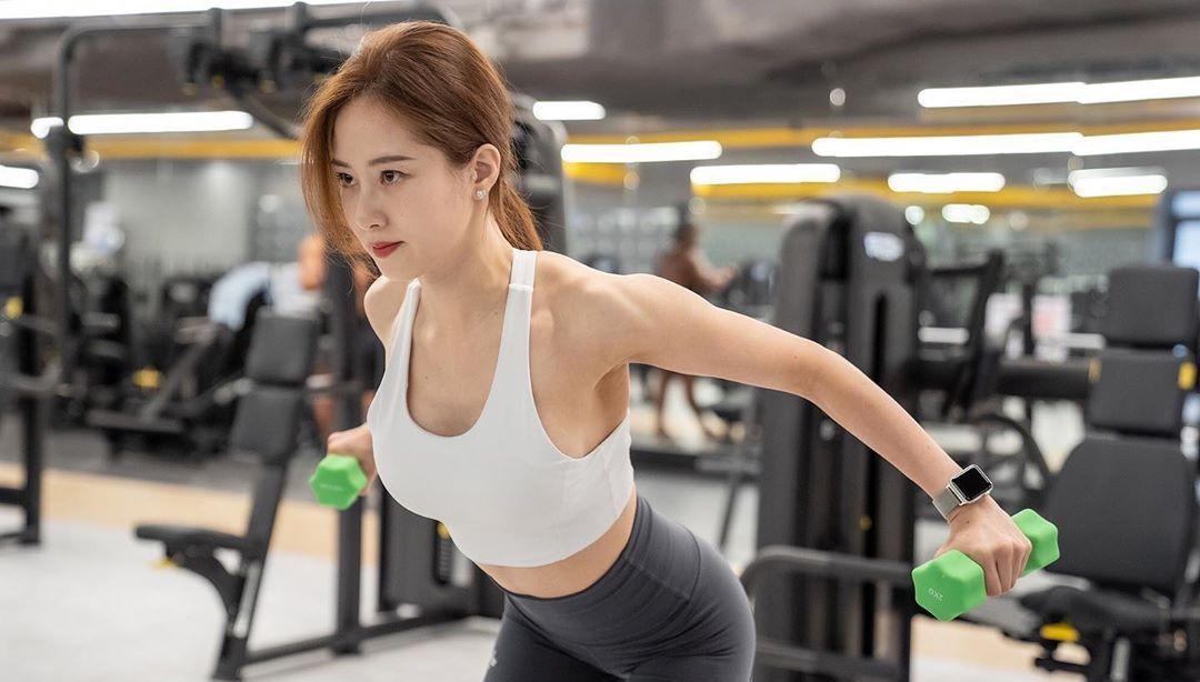 写真图集:运动风妹子晒出健身房自拍!紧身衣勾勒完美曲线!