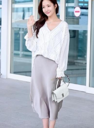 """韩国""""欧尼""""朴敏英,私服温柔优雅,这才是成熟女人的该有的样子"""
