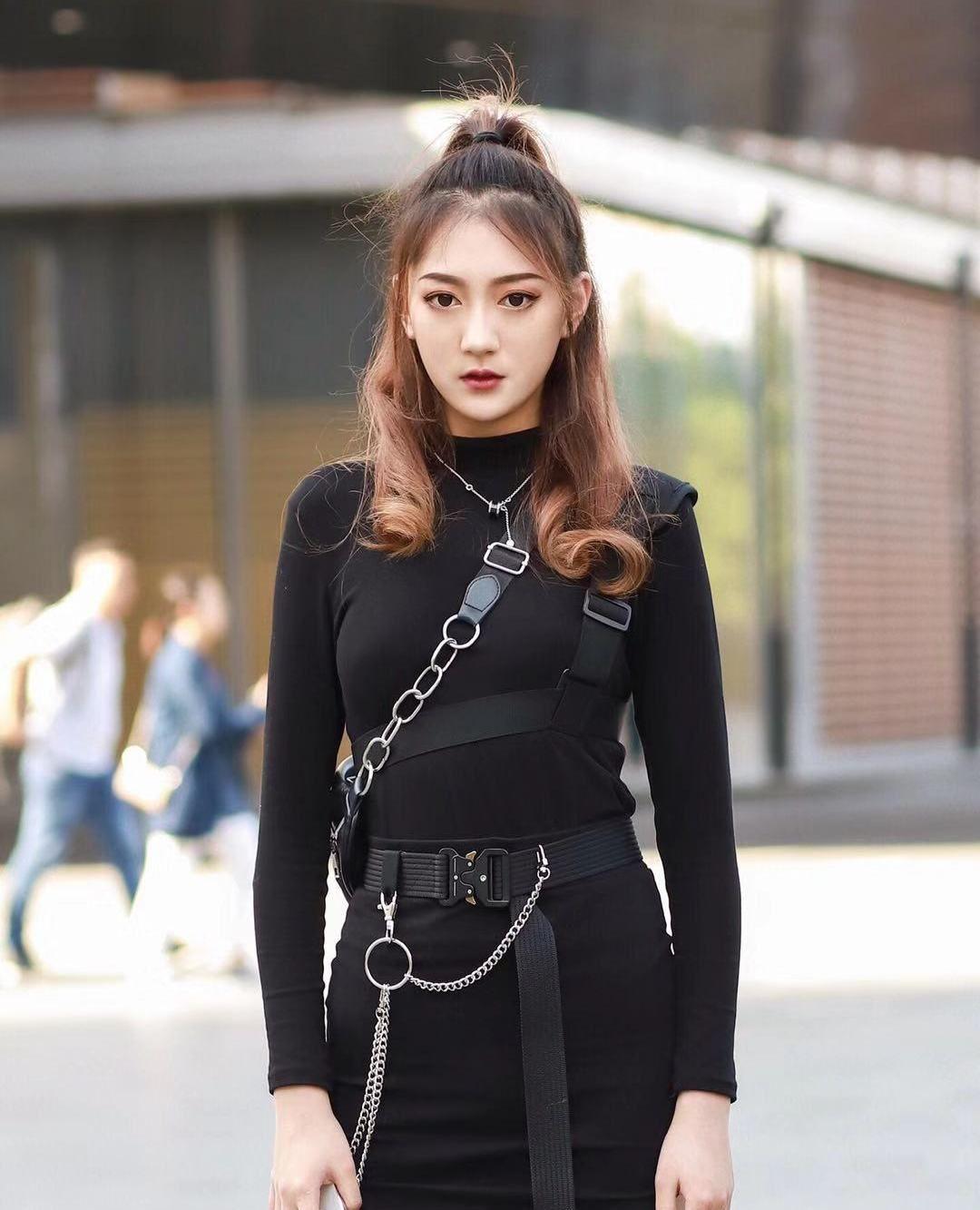 街拍,小姐姐黑色紧身打底搭配同色短裙,半丸子头甜美不失帅气