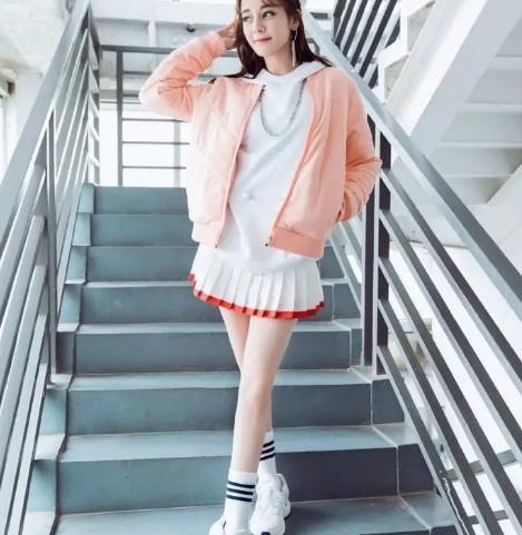 春季卫衣花式穿法太多,既能甜美软萌又能潮酷飒爽,真是百变单品