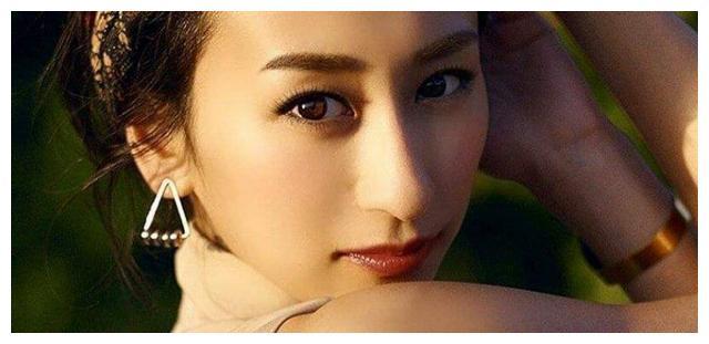 曾是日本花滑女王,因发育太快无奈退役,如今长相甜美
