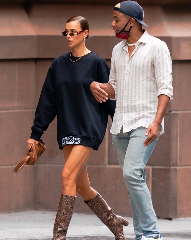 时尚超模!伊莉娜·莎伊克和友人现身纽约街头高清街拍