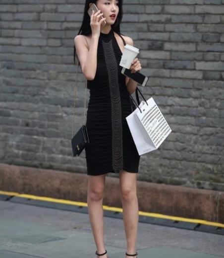 街拍美图:气质十足的街头小姐姐,减龄穿搭,增加独特美感!