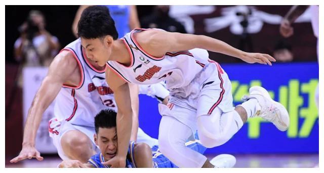 身高不足180cm的徐杰,在中锋头上多次抢下篮板,他正在兑现天赋