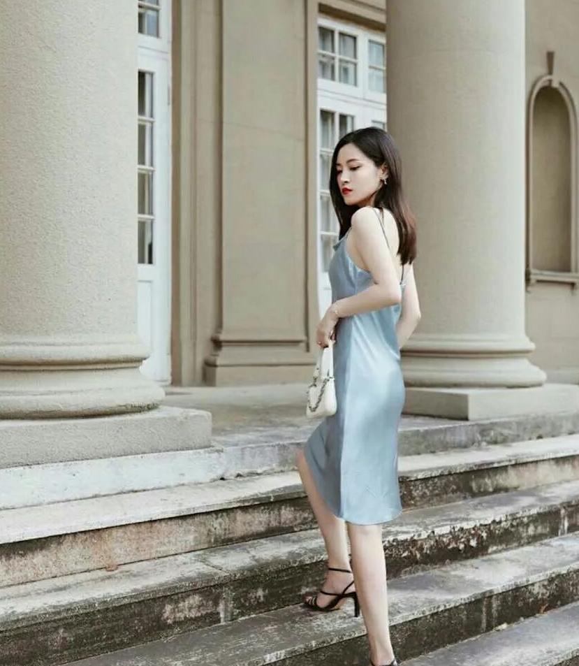美女雾霾色吊带连衣裙,把优雅的身材展现的淋漓尽致